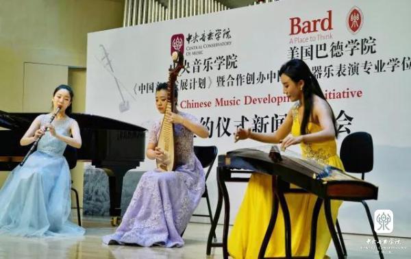 程皓如(古筝),刘小菁(琵琶)和冯天石(笛子)演奏《春江花月夜》