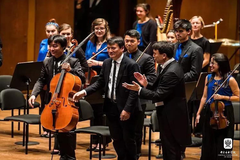 两百余名合唱团员倾情献唱大型叙事交响合唱《岁月甘泉》;七位知名